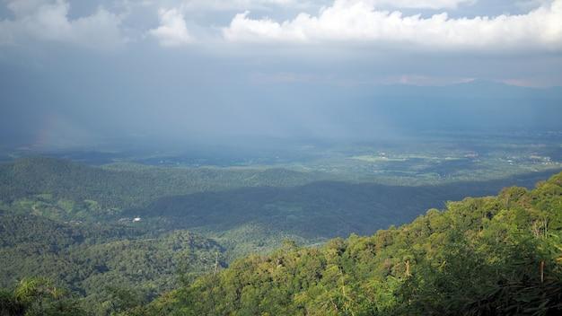 Vale da paisagem da montanha. céu azul do fundo com branco completamente de nuvens de chuva.