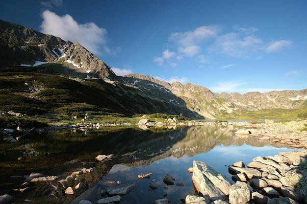 Vale das cinco lagoas nas montanhas dos cárpatos ao nascer do sol