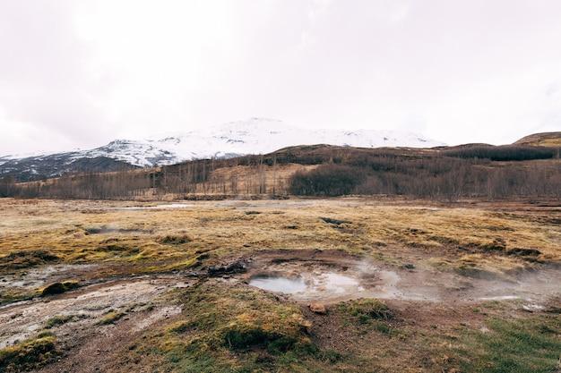 Vale de gêiseres no sudoeste da islândia, a famosa atração turística da zona geotérmica de gêiseres