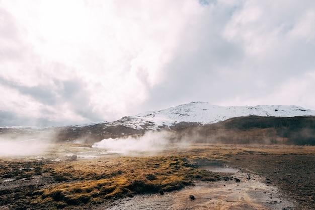 Vale de gêiseres no sudoeste da islândia, a famosa zona geotérmica