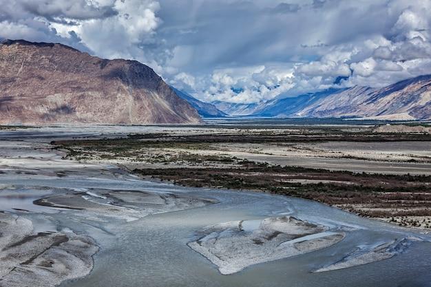 Vale de nubra e rio no himalaia, ladakh
