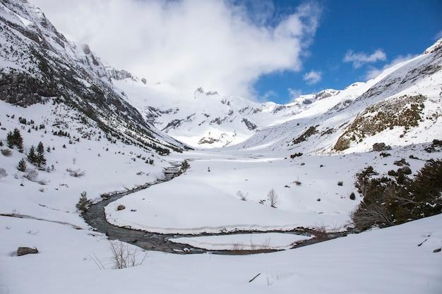 Vale de otal, parque nacional de ordesa e monte perdido com neve.