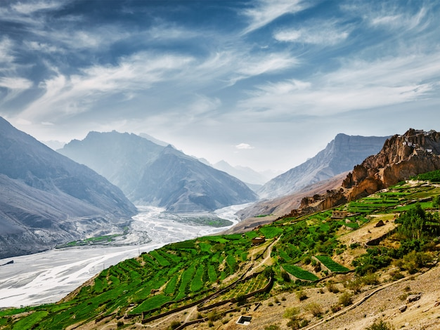 Vale de spiti e rio no himalaia