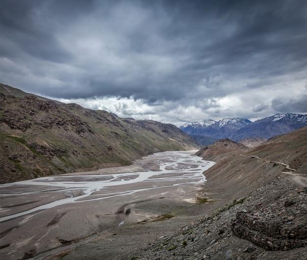 Vale de spiti e rio no himalaia Foto Premium