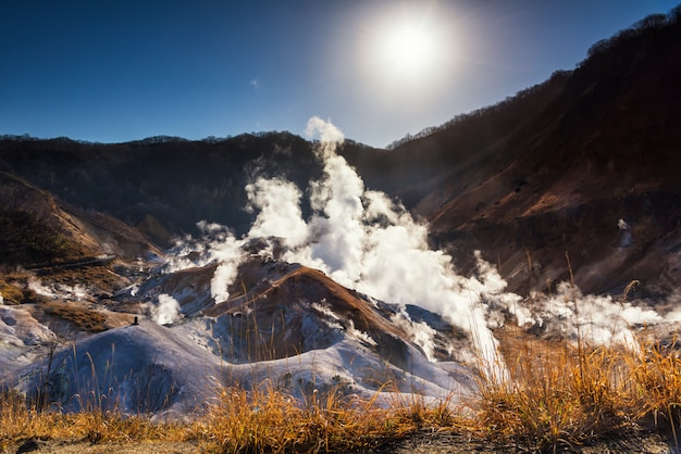 Vale do inferno jigokudani ao nascer do sol, noboribetsu
