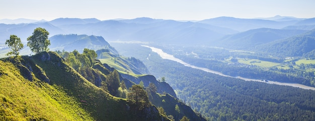 Vale do rio katun nas montanhas altai