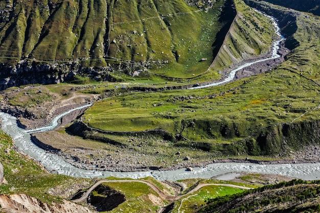 Vale lahaul com rio chandra nos himalaias himachal pradesh índia