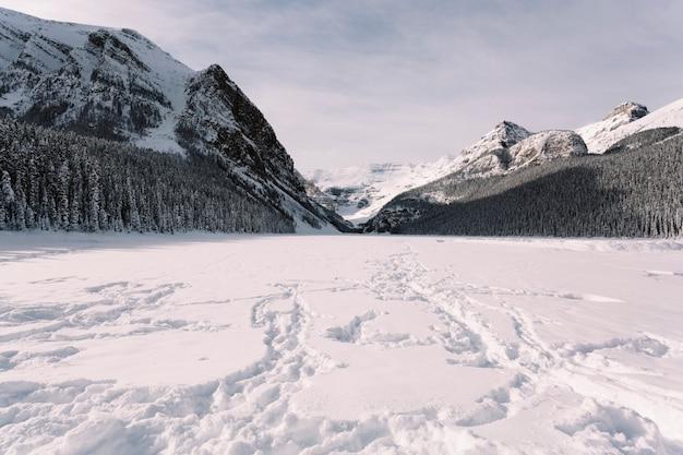 Vale nevado nas montanhas