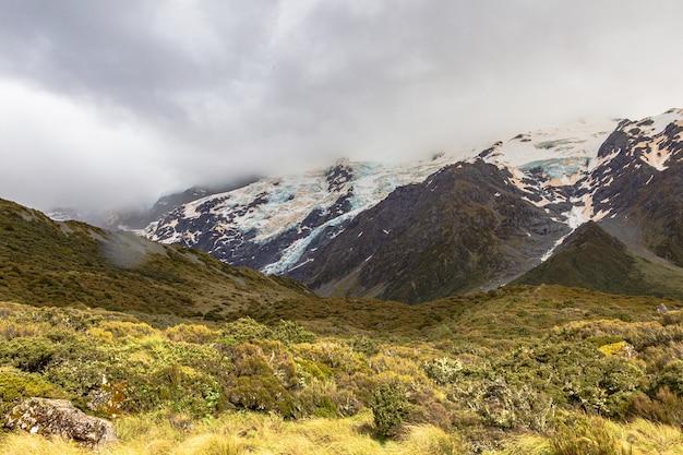 Vale nos alpes do sul caminhada panorâmica para a ilha do sul do lago hooker, nova zelândia