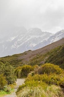 Vale nos alpes do sul entre montanhas cobertas de neve caminhada panorâmica para a ilha do sul do lago hooker, nova zelândia