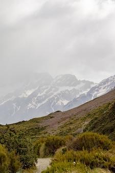 Vale nos alpes do sul entre montanhas cobertas de neve e colinas ilha do sul da nova zelândia