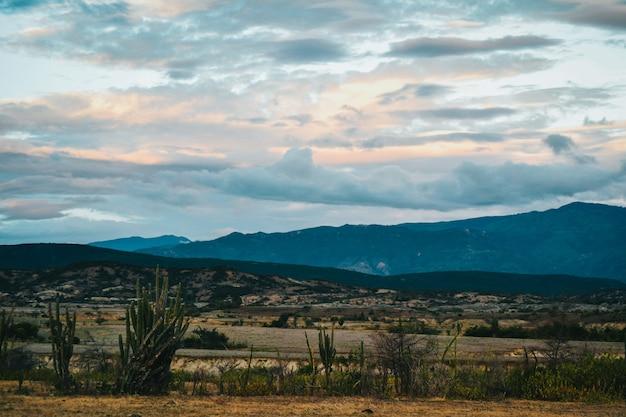 Vale sob o céu nublado do pôr do sol no deserto de tatacoa, colômbia