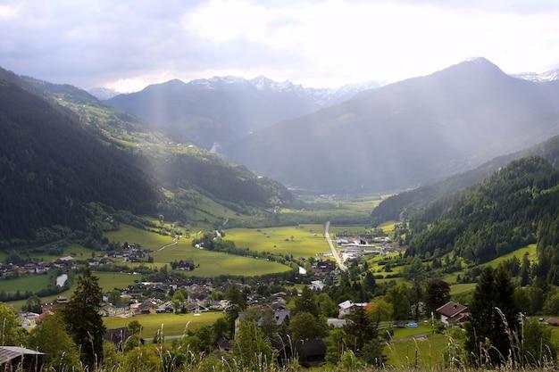 Vale verde com montanhas nevadas ao longe, itália, alpes