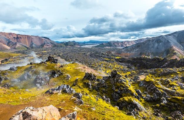 Vale vulcânico da caminhada de 54 km de landmannalaugar, islândia