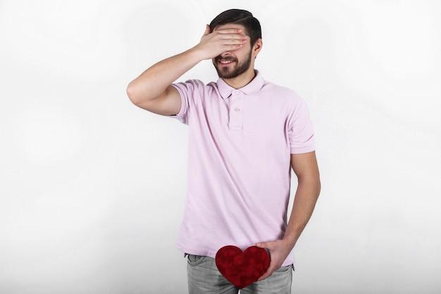 Valentine feliz homem feliz mostrando seu lugar de amor