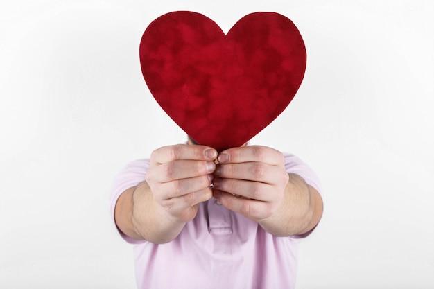 Valentine homem segurando machucar nas mãos