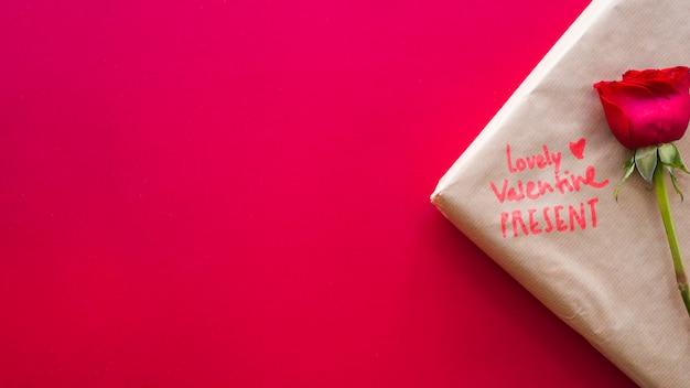 Valentine presente com flor na mesa