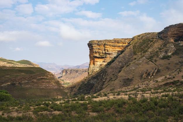 Vales, gargantas e penhascos rochosos no parque nacional majestoso das montanhas do golden gate, áfrica do sul.