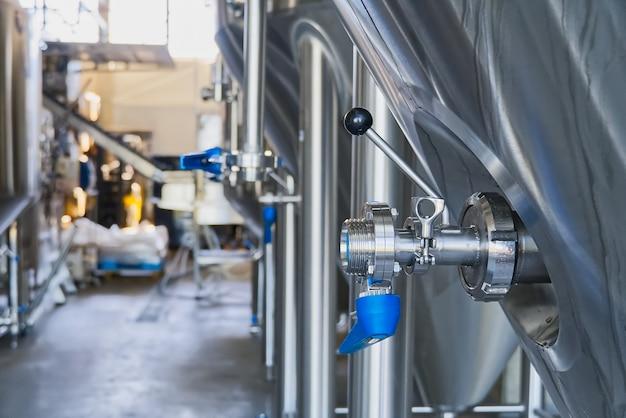 Válvula borboleta azul para impedir o fluxo reverso de água na fábrica e na planta de produção industrial para a fabricação de bebidas.