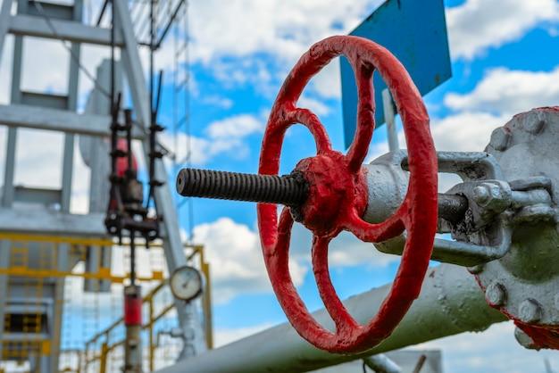 Válvula de close-up na estação de bombeamento de petróleo e gás natural