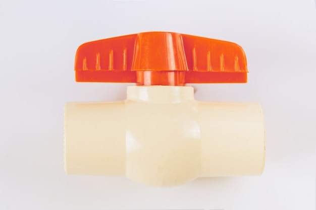Válvula de esfera de plástico de pvc para tubulação de água para abastecimento isolado em fundo branco