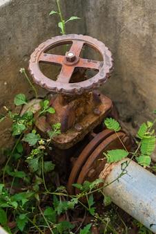 Válvula de gaveta no sistema de abastecimento de água da fábrica.