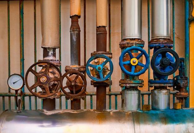 Válvula de vazamento de vapor de água velha na antiga fábrica da indústria