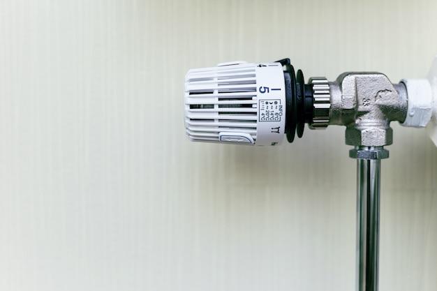 Válvula termostática no radiador close-up