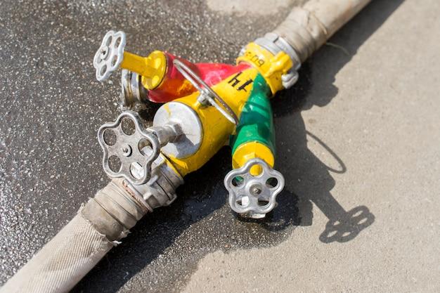 Válvulas e válvulas de uma bomba de incêndio com água durante um close de fogo