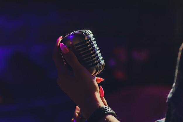 Vamos cantar microfone retrô elegante