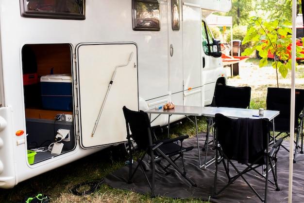 Van de acampamento com mesa e cadeiras