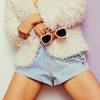 Vanilla summer. modelo com um casaco da moda e acessórios da moda óculos