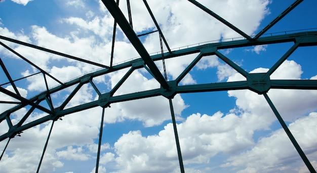 Vãos da ponte das nuvens e do céu azul.