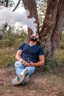 Vaper elegante ao ar livre fumando um cigarro eletrônico