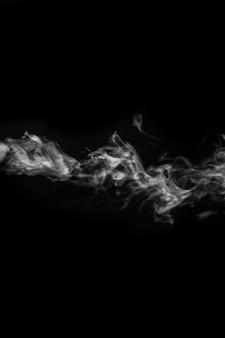 Vapor branco encaracolado horizontal, névoa ou fumaça isolada com efeito especial transparente em fundo preto, quadro vertical. névoa ou poluição atmosférica de fundo abstrato, elemento de design, layout para colagens.