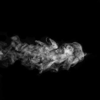 Vapor branco encaracolado horizontal, névoa ou fumaça isolada com efeito transparente na superfície preta.