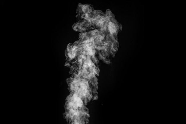 Vapor branco encaracolado místico perfeito ou fumaça isolada no fundo preto. névoa ou poluição atmosférica de fundo abstrato, elemento de design, layout para colagens.