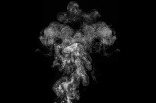 Vapor branco encaracolado, nevoeiro ou efeito especial transparente isolado de fumaça em fundo preto. névoa abstrata ou fundo de poluição, elemento de design para sua imagem, layout para colagens.