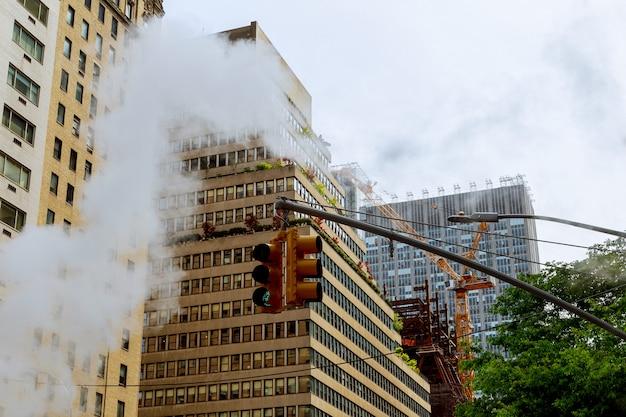 Vapor de ar, acidente, ar reparador na rua em midtown manhattan.