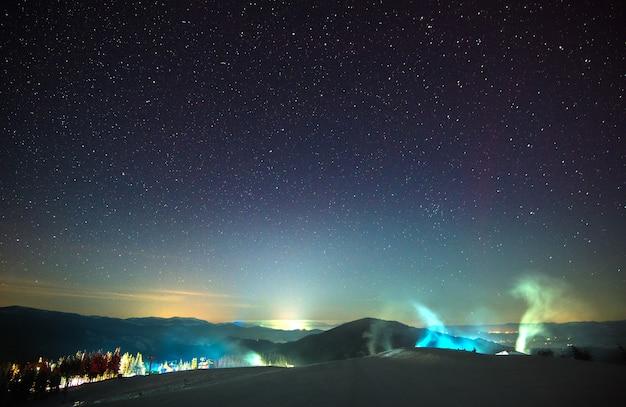 Vapor e fumaça, localizado entre as pitorescas colinas da montanha da floresta à noite