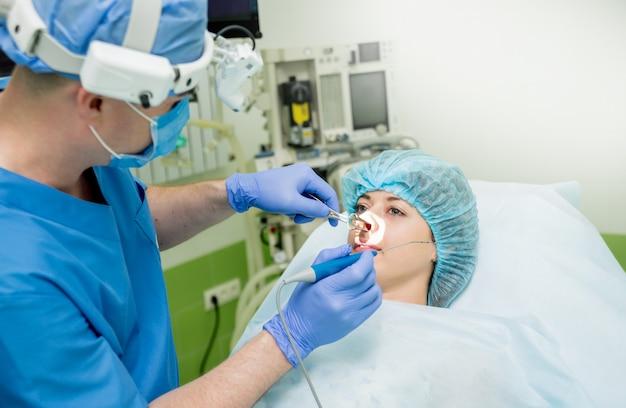 Vaporização a laser da concha nasal pelo método da tecnologia de coblação. cirurgia endoscópica do seio.