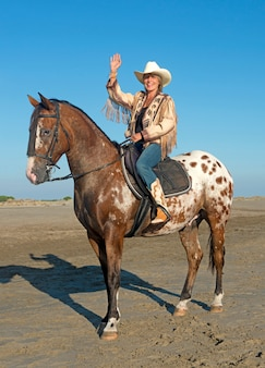Vaqueira em cavalo appaloosa