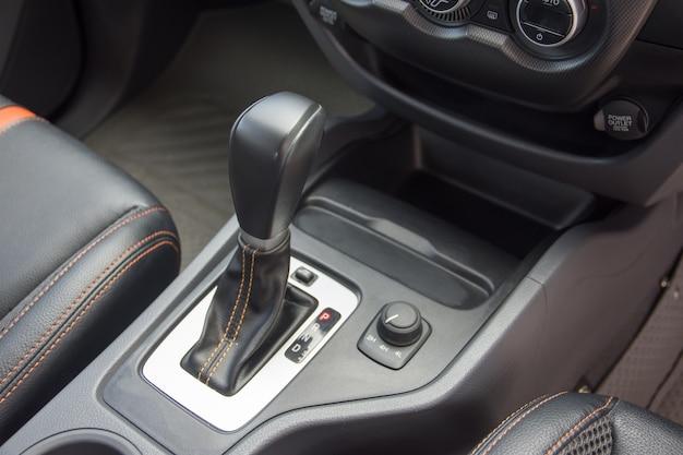 Vara de engrenagem automática dentro do carro moderno
