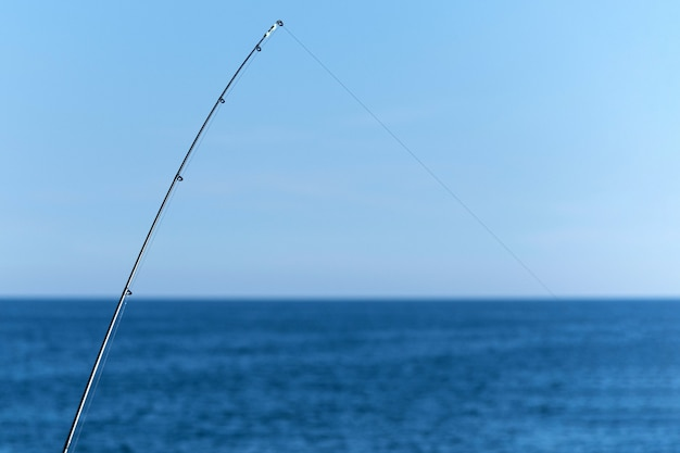 Vara de pesca contra o oceano azul