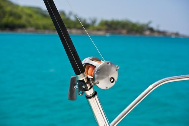 Vara de pesca e molinete em um barco