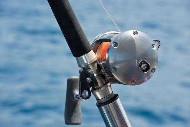 Vara de pesca e molinete em um iate à vela