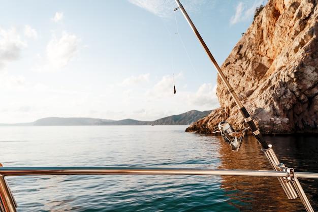 Vara de pesca em um veleiro no fundo do mar
