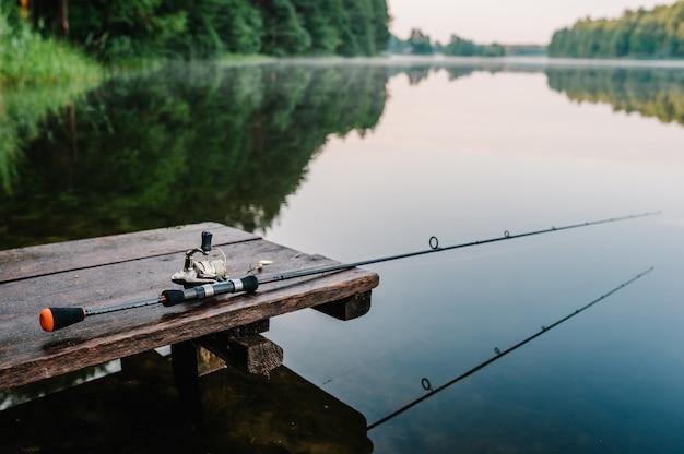 Vara de pesca, girando. artigo sobre o dia de pesca.