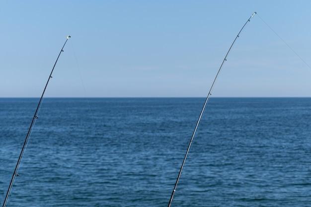 Vara de pesca no oceano azul