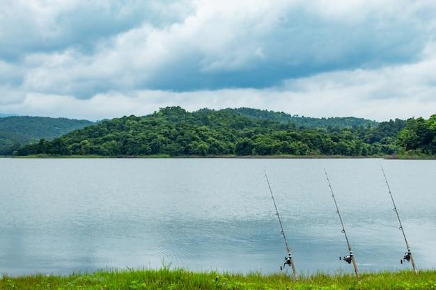 Vara de pesca que é implantada no solo no reservatório de huai pa daeng